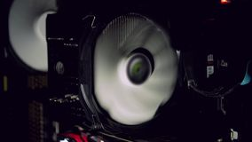 Fã branco do computador que refrigera o computador empoeirado escuro Começos do refrigerador do PC video estoque
