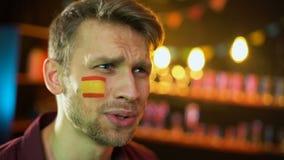 Fã caucasiano ansioso com a bandeira espanhola no mordente infeliz com resultado do fósforo video estoque