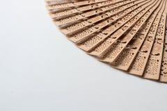 Fã chinês de madeira no fundo branco Foto de Stock