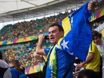Fã de Bósnia e de Herzegovina que comemora Victory Against Iran no fósforo do campeonato do mundo fotografia de stock royalty free