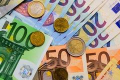 Fã de euro- cédulas do valor diferente e de euro- moedas Fotografia de Stock