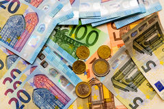 Fã de euro- cédulas do valor diferente e de euro- moedas Fotos de Stock