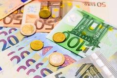 Fã de euro- cédulas do valor diferente e de euro- moedas Imagem de Stock