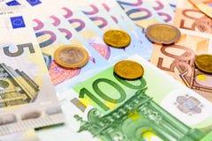 Fã de euro- cédulas do valor diferente e de euro- moedas Foto de Stock