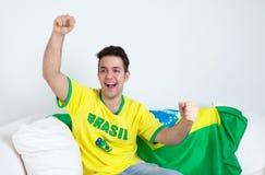 Fã de futebol brasileiro que vê um objetivo de sua equipe Imagens de Stock