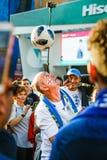 Fã de futebol da equipa de futebol de Inglaterra que bate a bola na cabeça imagens de stock