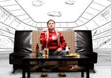 Fã de futebol no sofá Fotos de Stock Royalty Free