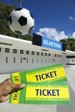 Fã de futebol que guarda dois bilhetes de Brasil no estádio foto de stock royalty free