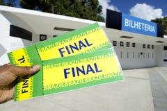 Fã de futebol que guarda dois bilhetes finais de Brasil no estádio fotografia de stock