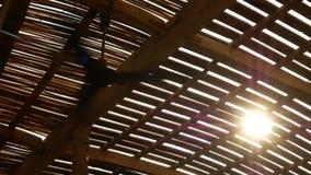 Fã de teto em um bungalow de madeira nos trópicos vídeos de arquivo