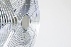Fã do metal do cromo do refrigerador de ar em um fundo branco Foto de Stock