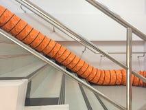 Fã do tubo com espaço limitado, fãs de ventilação portáteis e exaustores na escada na fábrica fotos de stock