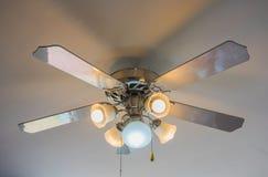 Fã e lâmpada de teto do vintage no fundo branco Fotografia de Stock Royalty Free