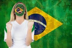 Fã entusiasmado de Brasil em cheering da pintura da cara Fotos de Stock Royalty Free