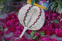 Fã feito a mão com as flores a decorar Imagem de Stock Royalty Free