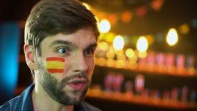 Fã nervoso com a bandeira espanhola no mordente que faz o facepalm descontentado com fósforo vídeos de arquivo