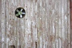 Fã velho na parede de madeira Fotos de Stock Royalty Free
