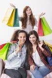 Fãs adolescentes da compra que têm lotes do divertimento imagens de stock