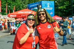 Fãs de apoio do campeonato do mundo nacional de FIFA da equipa de futebol de Egito em Rússia imagem de stock