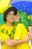 Fãs de futebol brasileiros da mulher que comemoram o beijo da vitória. Imagens de Stock Royalty Free