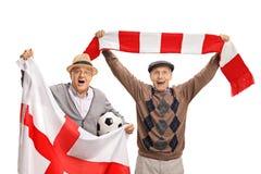 Fãs de futebol idosos extáticos com uma bandeira inglesa e um lenço fotos de stock