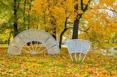 Fãs de vidro da composição da imperatriz no parque do outono de Michael Garden em St Petersburg, Rússia Fotos de Stock Royalty Free
