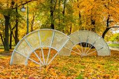 Fãs de vidro da composição da imperatriz no parque do outono de Michael Garden em St Petersburg, Rússia Foto de Stock Royalty Free