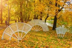 Fãs de vidro da composição da imperatriz no parque do outono de Michael Garden em St Petersburg, Rússia Imagem de Stock Royalty Free