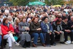 Fãs dos ouvintes que populares da estrela um bravo livre do concerto da rua aplaude e exulta Foto de Stock Royalty Free