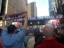 Fãs durante a celebração do futebol dos EUA no Times Square Imagens de Stock