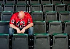 Fãs: Homem só desapontado após a perda do futebol Fotografia de Stock