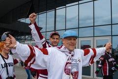 Fãs letães perto da arena de Minsk Imagens de Stock