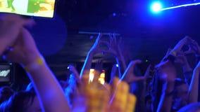 Fãs no concerto Aglomere partying, dançando no concerto Grupo de juventude no disco, concerto, partido Juventude, teenangers video estoque