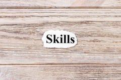 Fähigkeiten des Wortes auf Papier Konzept Wörter von Fähigkeiten auf einem hölzernen Hintergrund Stockbilder