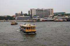 Fähre über zum Chao Phraya Stockbild
