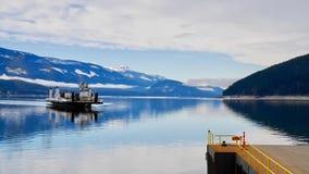 Fähre auf blauem See Stockbild