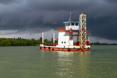 Fähre auf dem Fluss vor Sturm Lizenzfreie Stockbilder