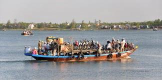 Fähre auf dem Hoi ein Fluss, Vietnam Stockfotos