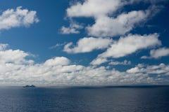 Fähre auf dem Meer Lizenzfreies Stockfoto