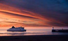 Fähre auf dem Sonnenuntergang im Meer Stockfotos