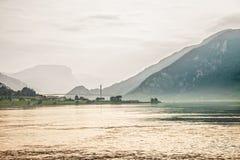 Fähre auf Fjord Stockbild