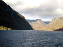 Fähre auf Fjord Stockfotografie