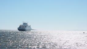 Fähre auf Meer außerhalb des Mooses in Norwegen stock footage
