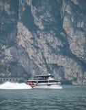 Fähre auf See Garda stockfotografie