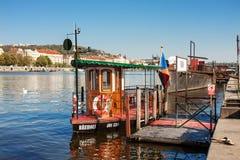 Fähre Brehous am Hafen Stockbilder
