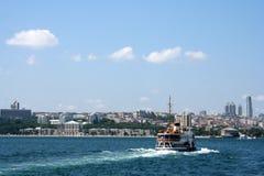 Fähre, die das Bosphorus kreuzt Stockfotos