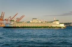 Fähre, die den Hafen verlässt Lizenzfreies Stockbild