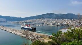 Fähre, die den Hafen von Kavala, Griechenland verlässt Stockbilder