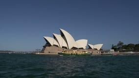 Fähre, die durch das Opernhaus in Sydney überschreitet stock footage