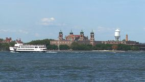 Fähre, die durch Ellis Island, New York überschreitet stock video footage